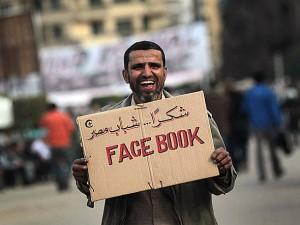 Facebook e Manifestante no Egito